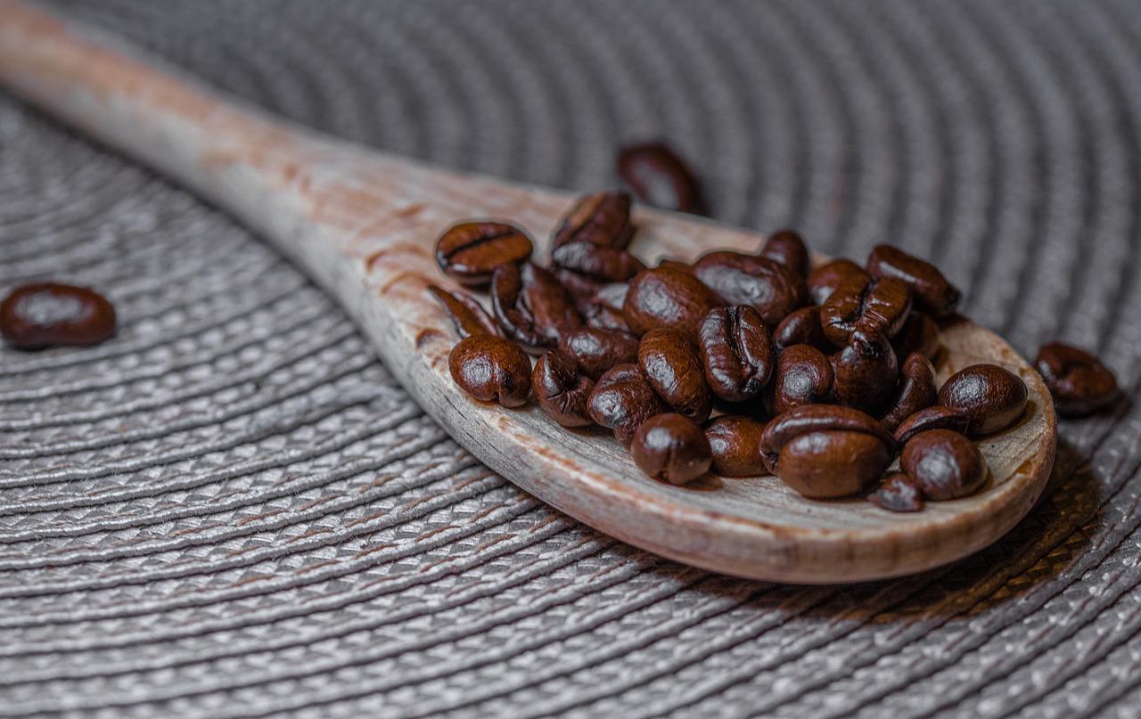 Kaffeebohnen auf Kochlöffel